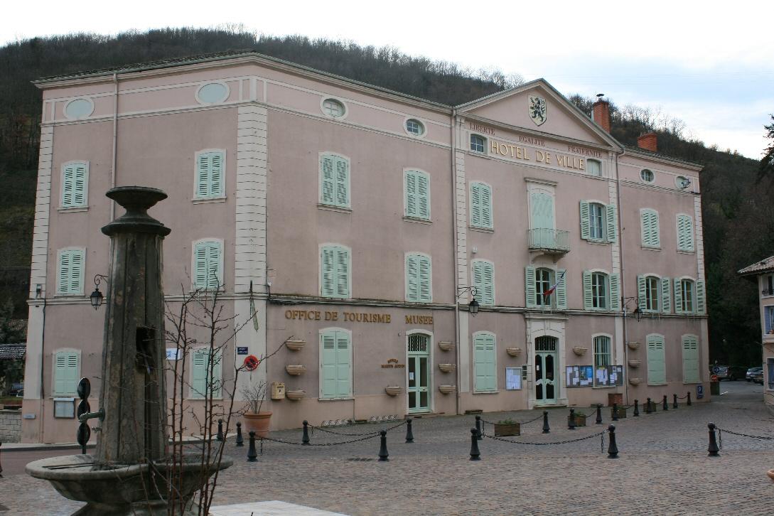 69018 Beaujeu-mairie.jpg