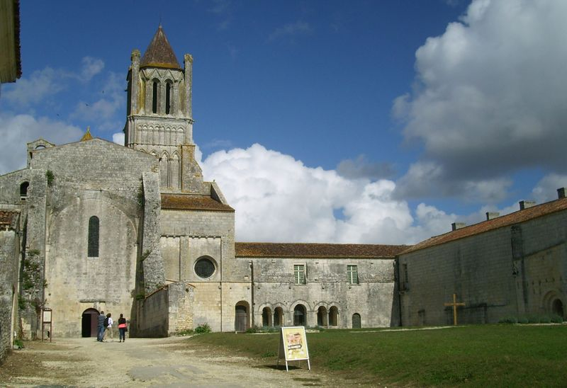 Fichier:Abbaye Salonceaux Angle.JPG