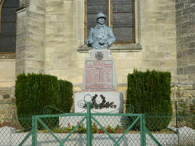 Douilly 80252 monument aux morts.jpg